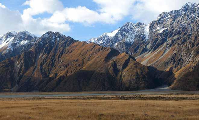 Les falaises de la vallée sont abruptes et les avalanches de rochers sont fréquentes. Ce qui explique pourquoi la végétation ne s'est pas développée.