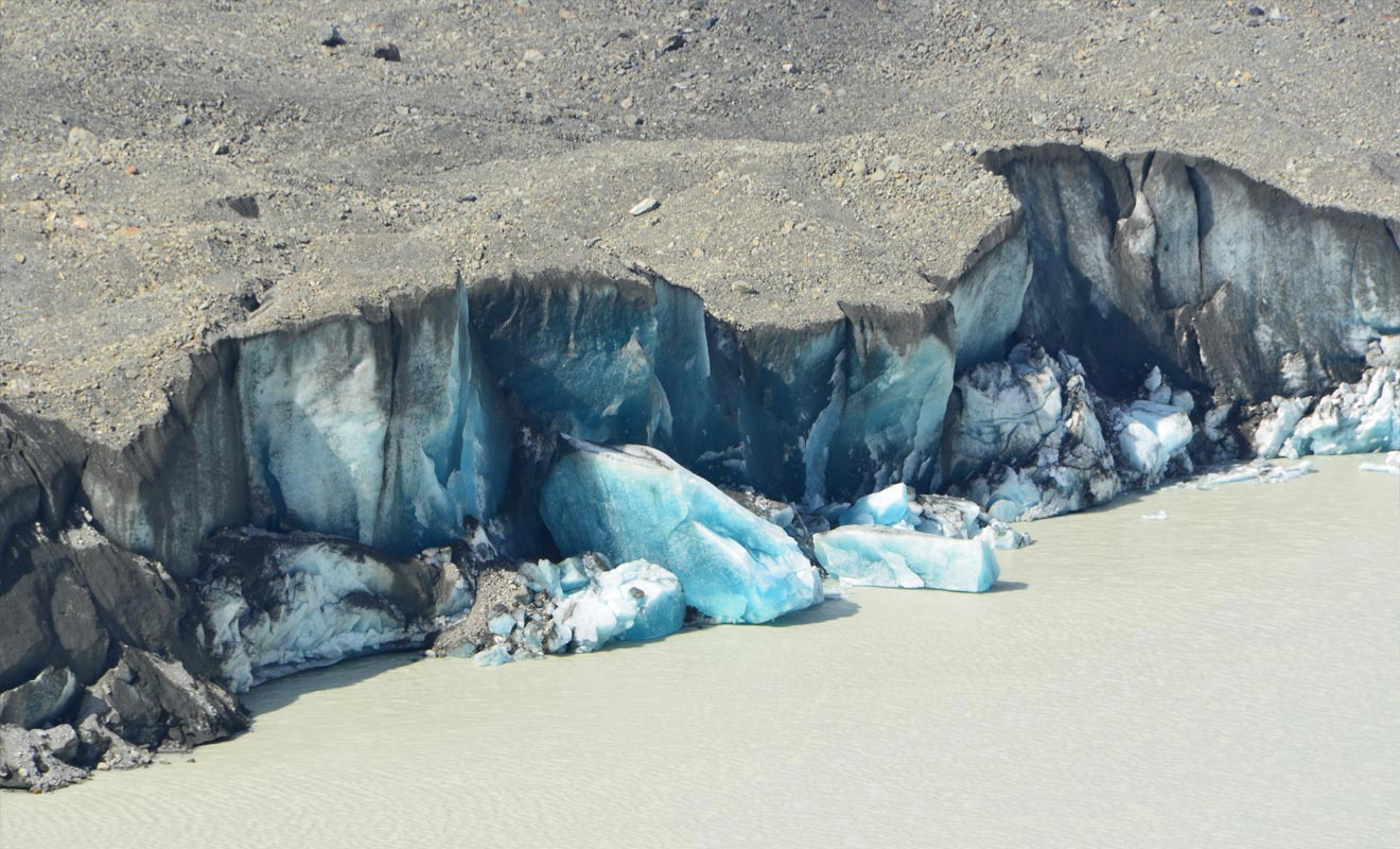 Parce que des blocs de glace géants peuvent se détacher à tout instant, il est interdit de se rendre au pied du glacier. Mais les icebergs qui dérivent sur le lac peuvent être approchés en zodiac.