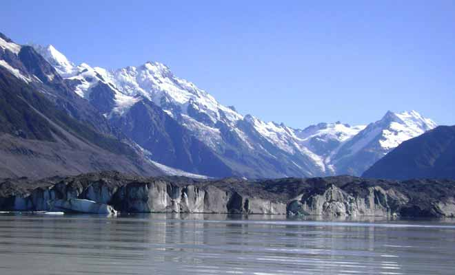 It is the global warming that melted the Tasman Glacier gave birth to the glacial lake. It is likely that in a few decades the glacier will have completely disappeared. Reason more to hurry to visit it