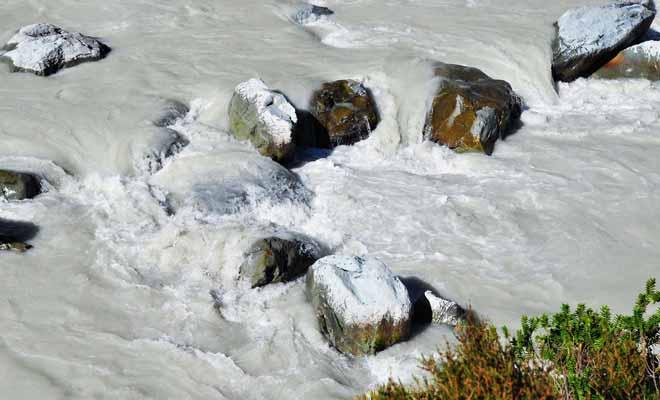 L'eau du lac glaciaire est blanche comme du lait ! Ce sont les sédiments qui lui donnent cette couleur étrange. On appelle cela de la farine de roche.
