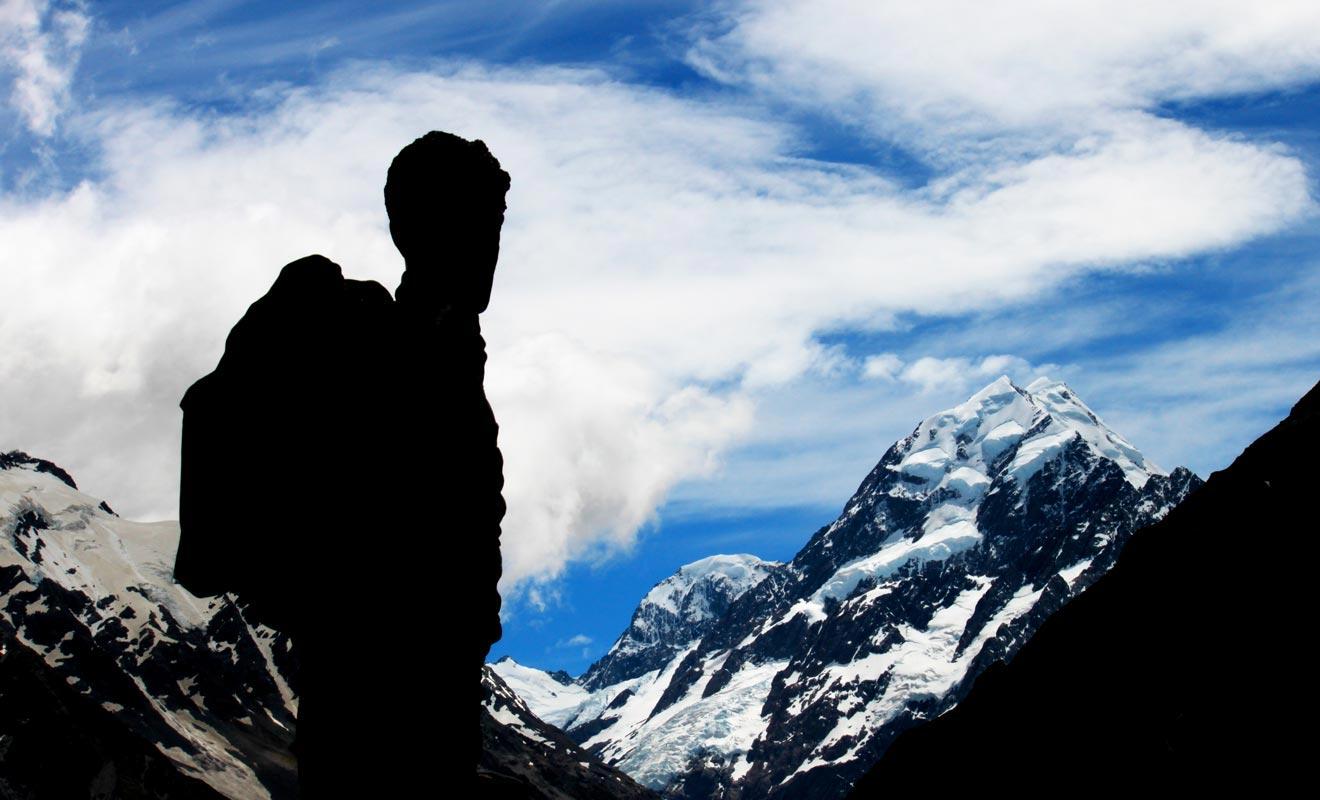 Sir Edmund Hillary s'est perfectionné à l'escalade en Nouvelle-Zélande, sa terre natale. C'est le mont Cook qui lui a servi d'entrainement avant d'attaquer l'ascension du mont Everest.