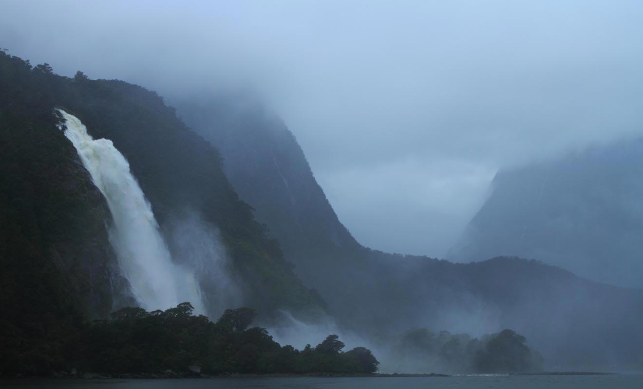 Partir à l'aventure sans entrainement et sans signaler ses intentions peut se payer très cher en Nouvelle-Zélande. Si le paysage est spectaculaire, les conditions météo changeantes et le relief accidenté peuvent vous jouer un vilain tour.