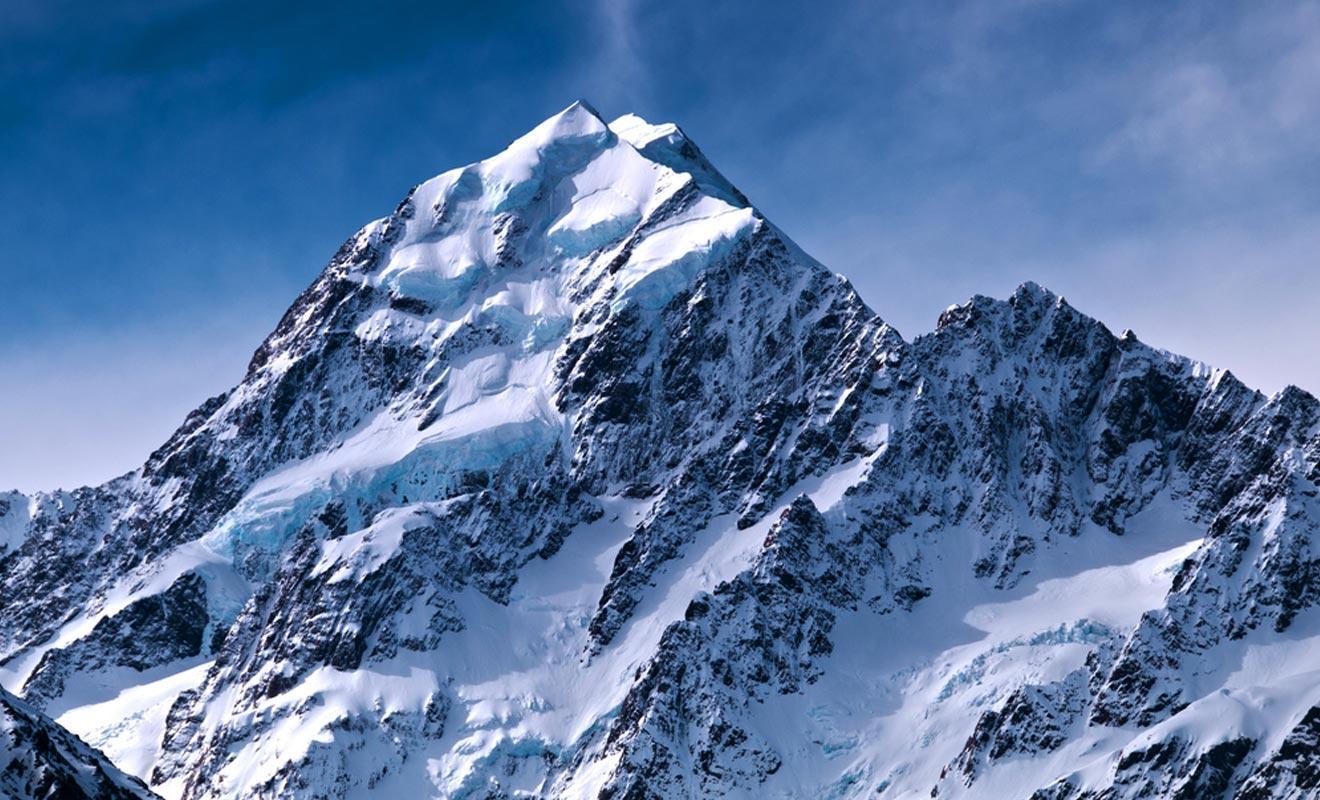 En raison de plissement de l'écorce terrestre, les montagnes de Nouvelle-Zélande se sont formées en cinq millions d'années. À peine un battement de cils à l'échelle du temps.