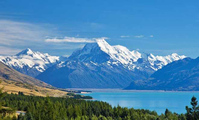 On apercevait aussi le mont Cook dans la première trilogie de Peter Jackson, car la communauté de l'anneau tentait une première approche par les montagnes avant de se rabattre sur la mine de la Moria.