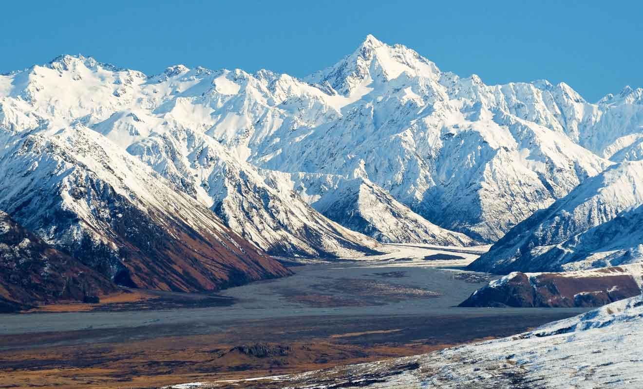 Nous sommes en altitude et les montagnes communiquent avec des glaciers aux neiges éternelles.