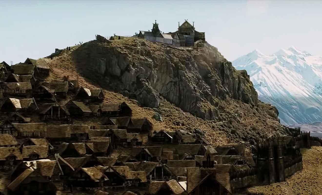 Seule la partie basse d'Edoras est en image de synthèse, le reste ayant été construit sur le Mt Sunday.