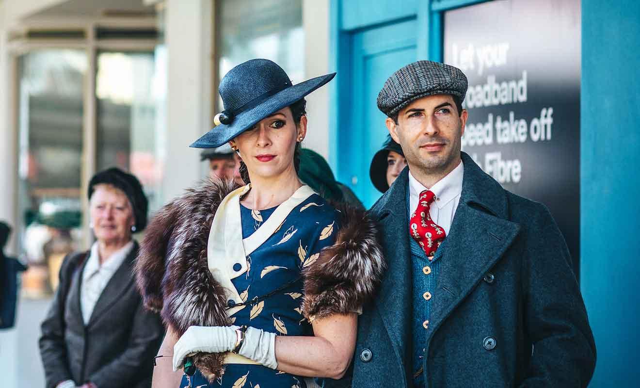 S'habiller dans le style vestimentaire des années 30 est indispensable durant le festival.