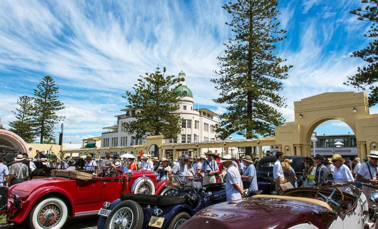 Le Napier Art Deco Festival attire des dizaines de milliers de visiteurs chaque année.