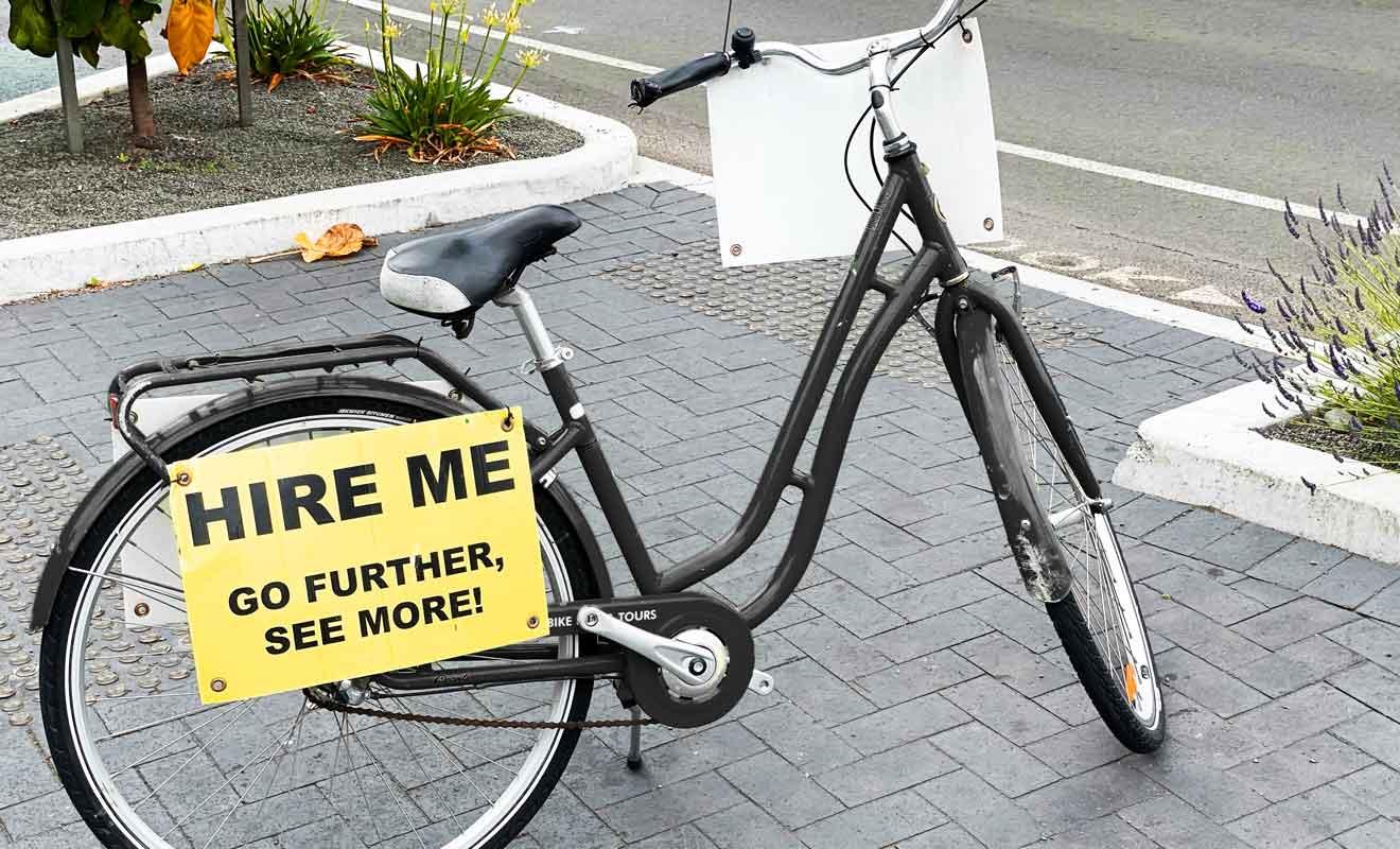 La location de vélo est très répandue avec d'innombrables pistes cyclables dans toute la baie de Hawke.