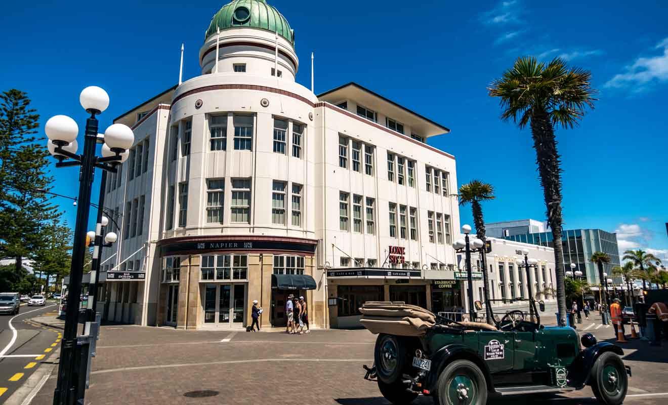 Détruite lors d'un séisme en 1931, Napier a été reconstruite en suivant la mode de l'époque.