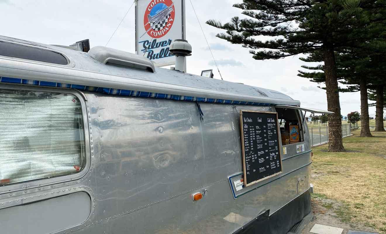 Cette ancienne caravane chromée était à la mode dans les années 70.
