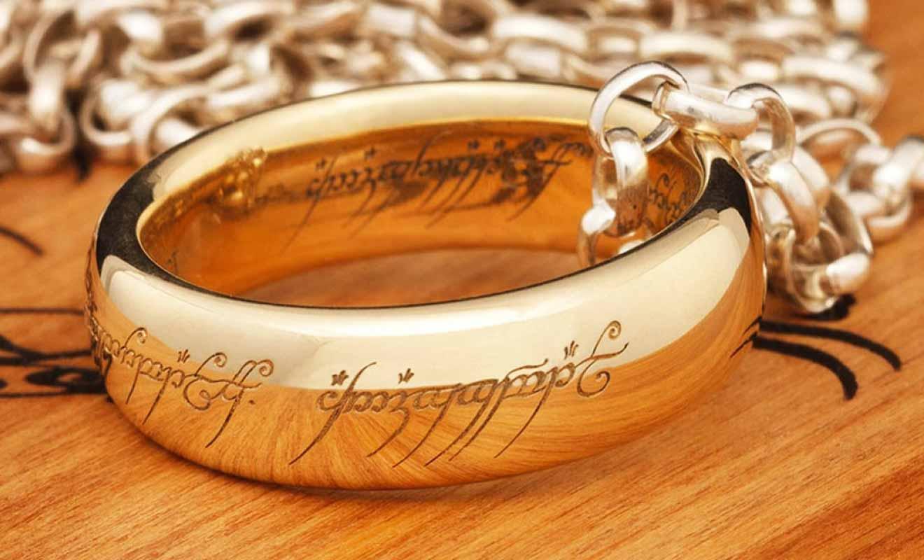 Les anneaux sont réalisés en or et déclinés dans plusieurs coloris.