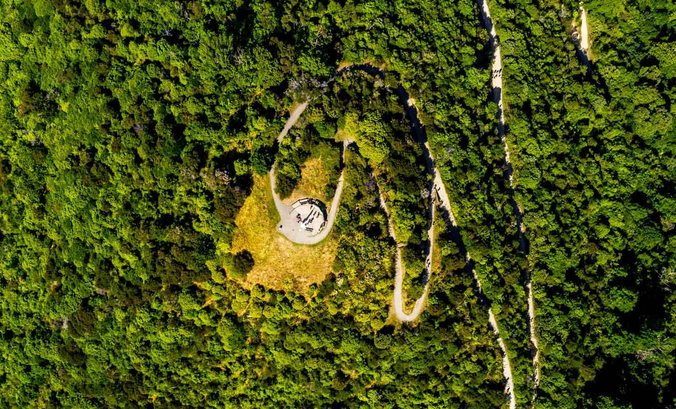 En réalité, le centre de la Nouvelle-Zélande ne se trouve pas à Botanical Hill mais à Spooner Range.