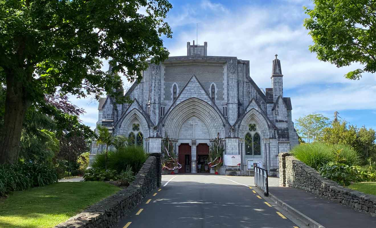Une partie de Christ Church a été construite en suivant les plans d'origine abandonnés pour des raisons de budget et de sécurité.