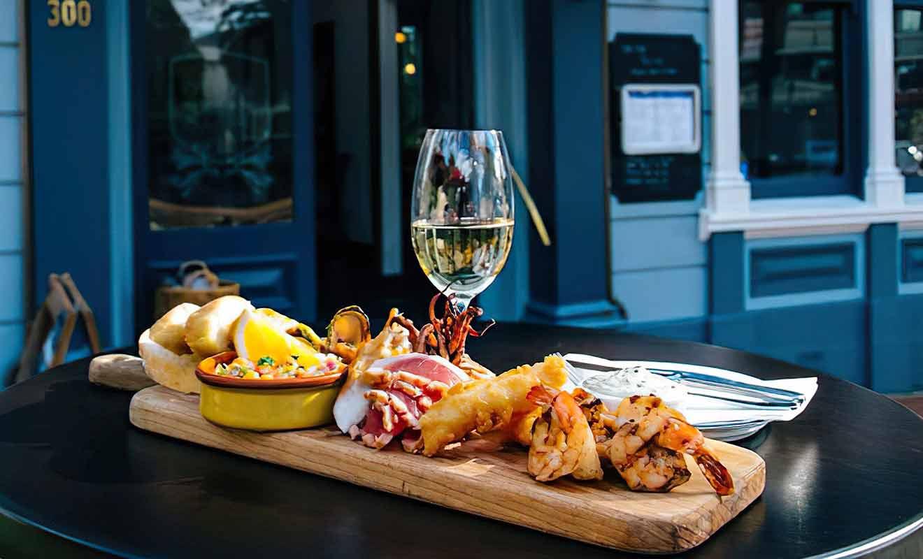 Le plateau royal de fruits de mer revient cher, mais il est exceptionnel de fraîcheur et de saveurs.
