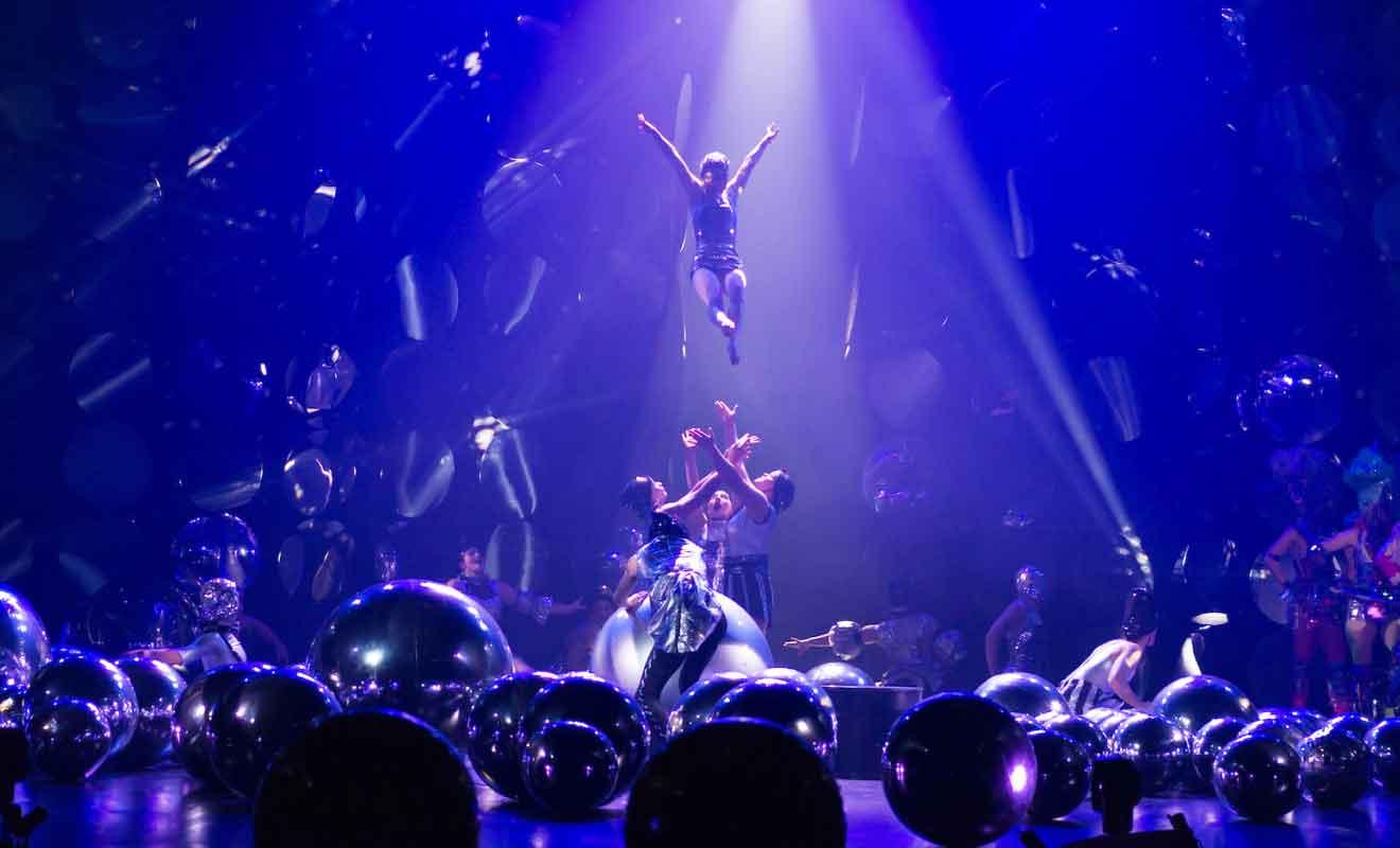 Chaque création est présentée au public durant un spectacle avec sons et lumières.