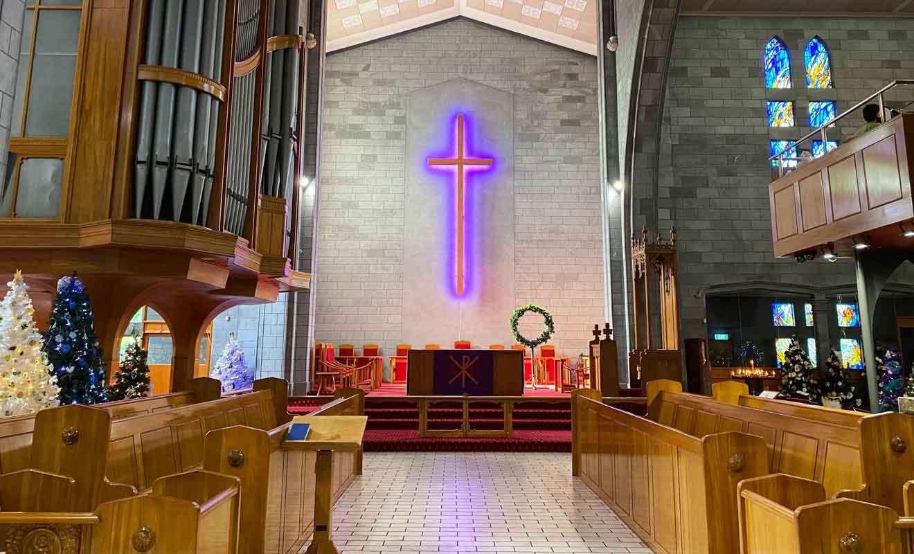 La présence d'éclairages fluorescents dans une cathédrale est surprenante.