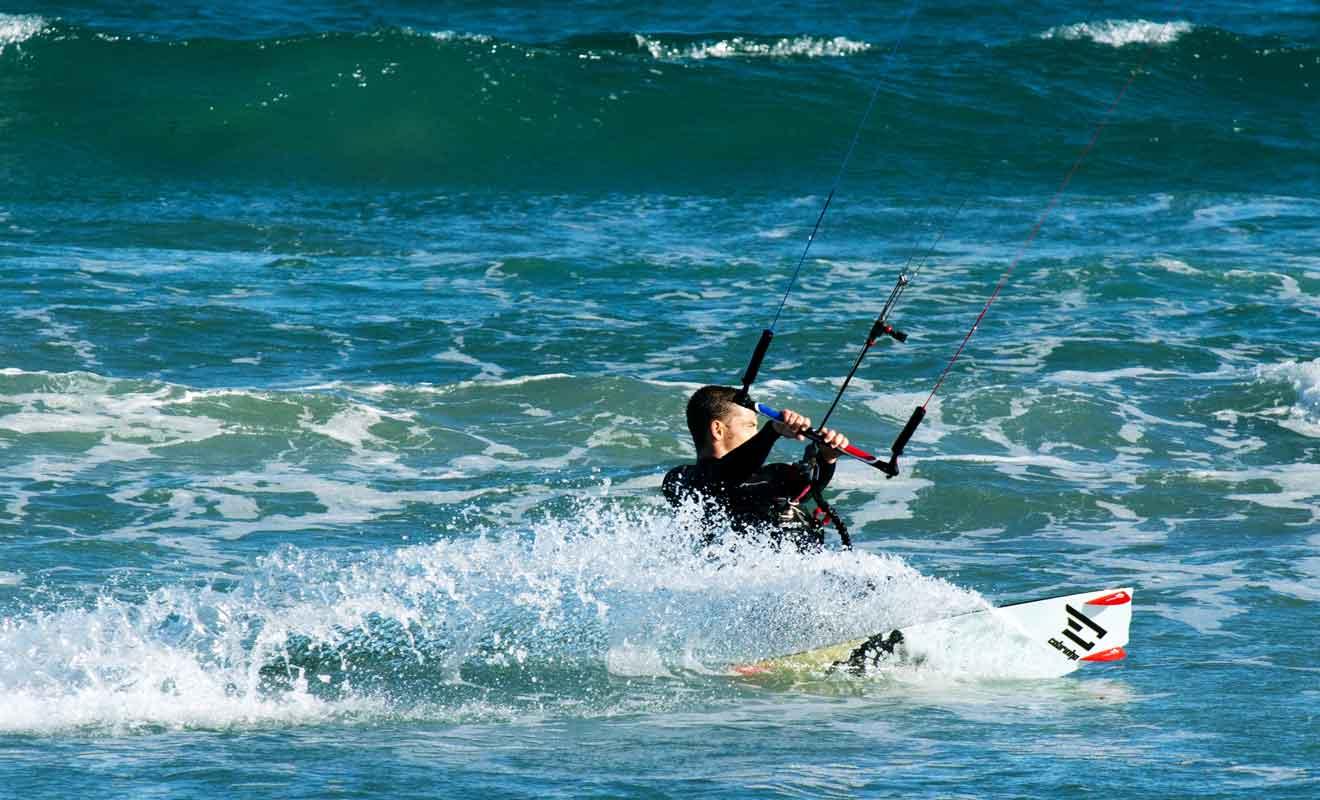Les vagues ne sont pas assez puissantes pour permettre de pratiquer le surf, mais le vent souffle bien assez fort pour autoriser le kitesurfing.