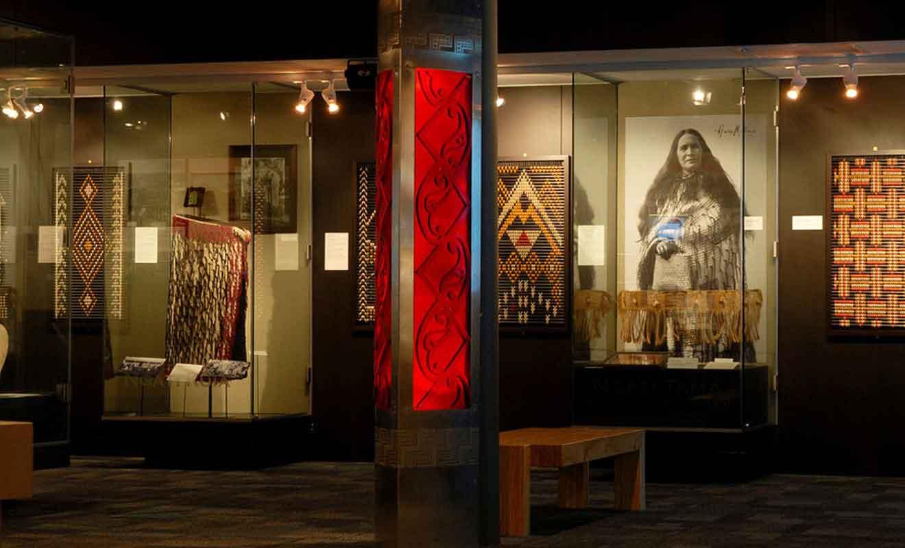 De nombreuses oeuvres d'art maori sont exposées, mais le musée ne peut pas rivaliser avec le Te Papa de Wellington.