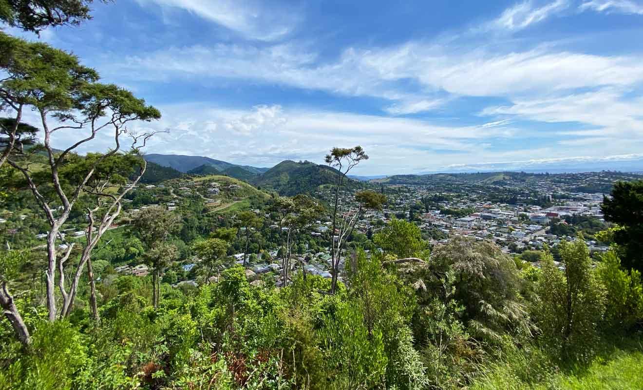 Nelson est l'une des plus grandes villes de l'île du Sud de la Nouvelle-Zélande, et la douzième plus peuplée du pays.