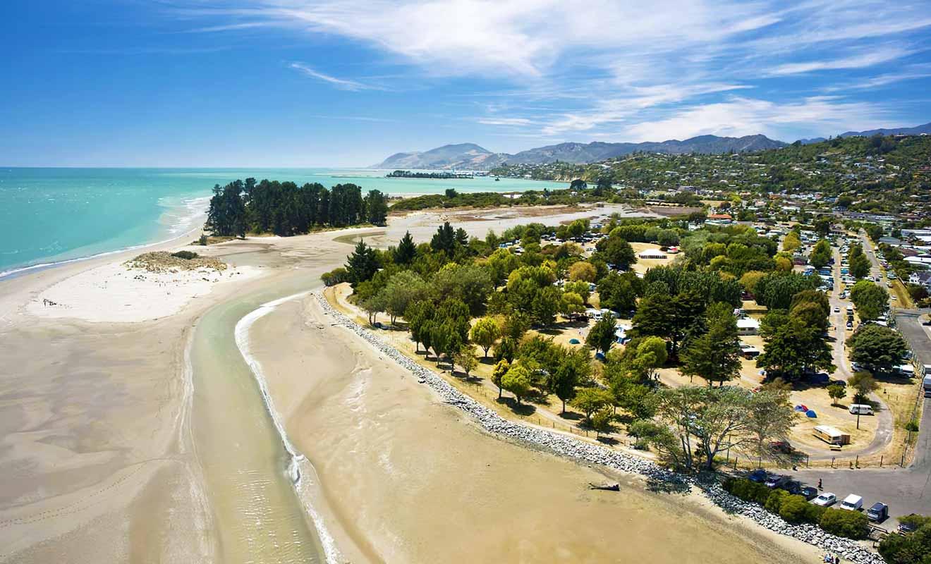 La plage se trouve à 10 minutes en voiture du centre ville de Nelson.