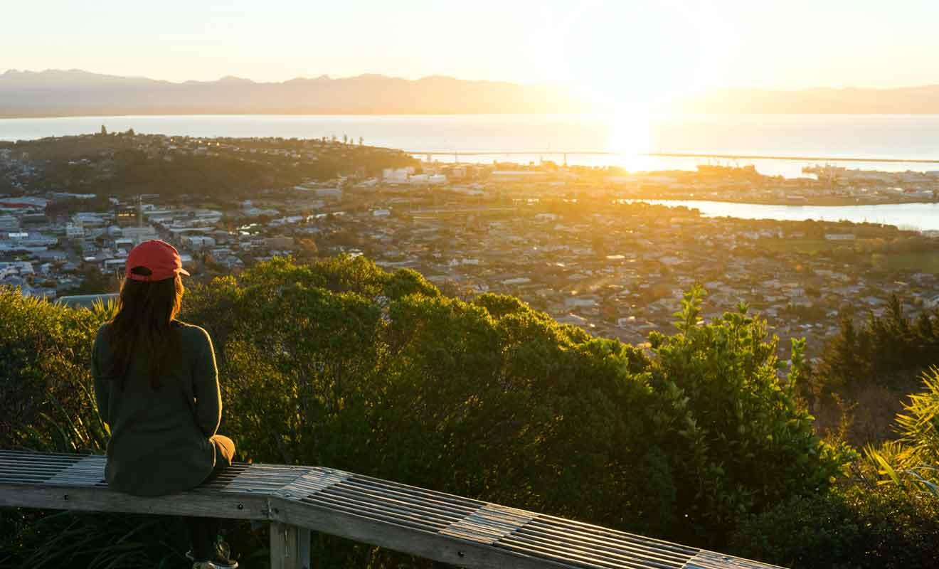 Du sommet, on peut contempler aussi bien la baie de Tasman que la ville de Nelson.