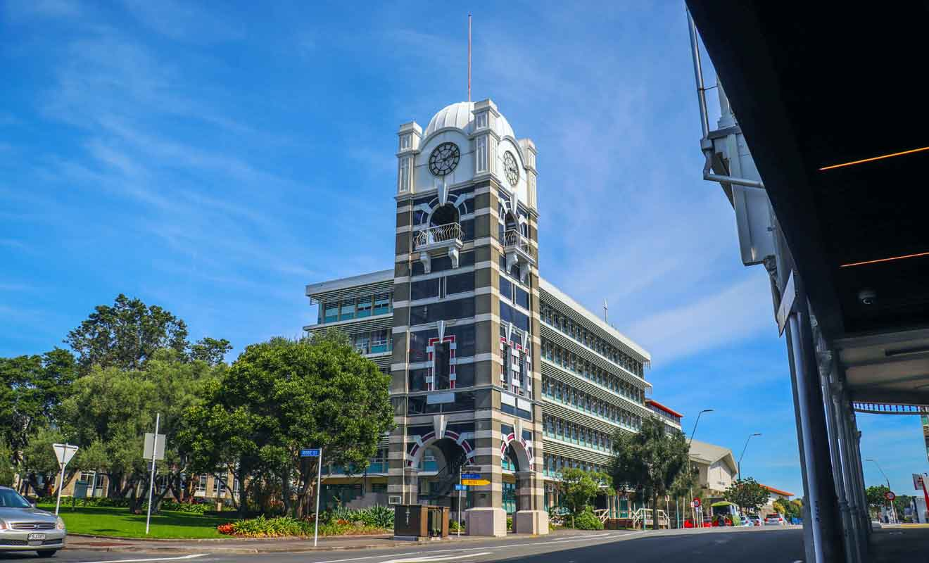 Démolie en 1969 mais reconstruite en 1985 à l'identique, la Clock Tower est indissociable de New Plymouth.