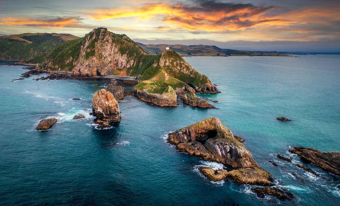 Les nuggets sont en réalité des rochers acérés dont la pointe émerge de l'océan pacifique.