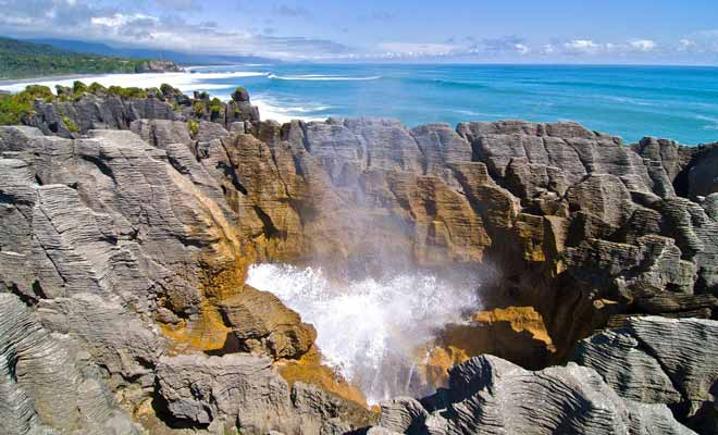 The blow holes are made up of narrow cavities where the waves come in. Water vapor and even genuine geysers form. A phenomenon amplified by bad weather and the rising tide.