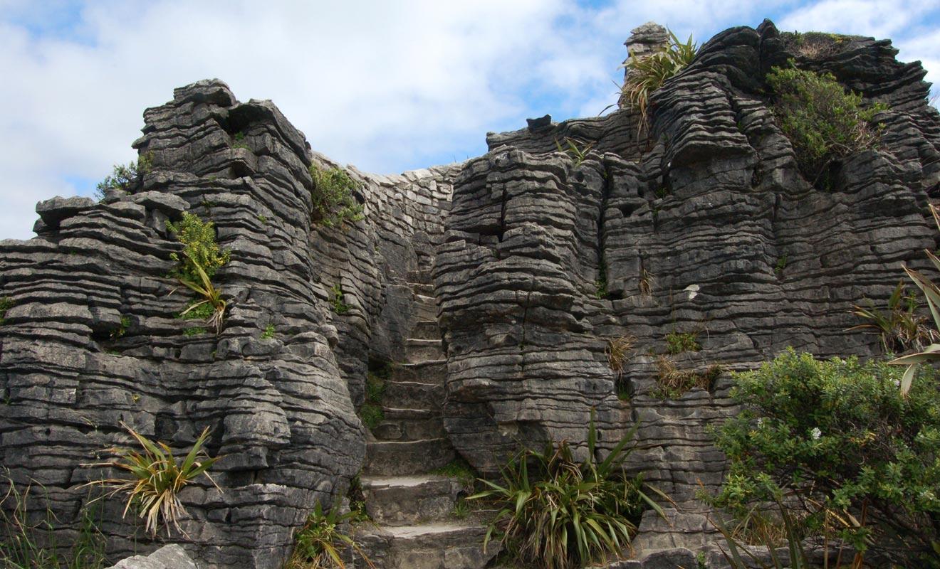 Un petit escalier sculpté dans la roche permet d'atteindre la plateforme d'observation. C'est hélas, la seule partie du trajet qui ne soit pas accessible aux personnes handicapées.