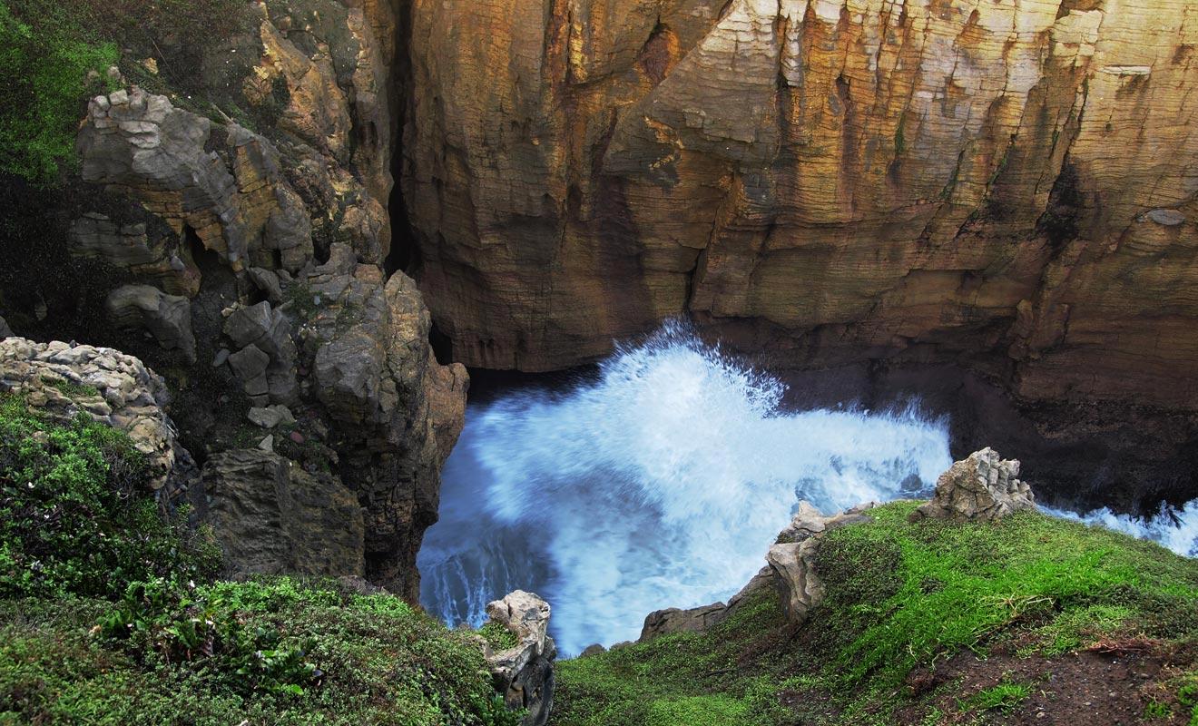 Lorsque les vagues s'engouffrent dans les cavités, la pression fait jaillir de véritables geysers tandis que l'eau remonte dans d'étroites cavités.