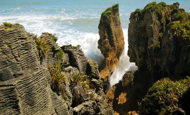 On comprend comment le paysage a été sculpté au fil des temps en observant la puissance des vagues qui percutent la roche.