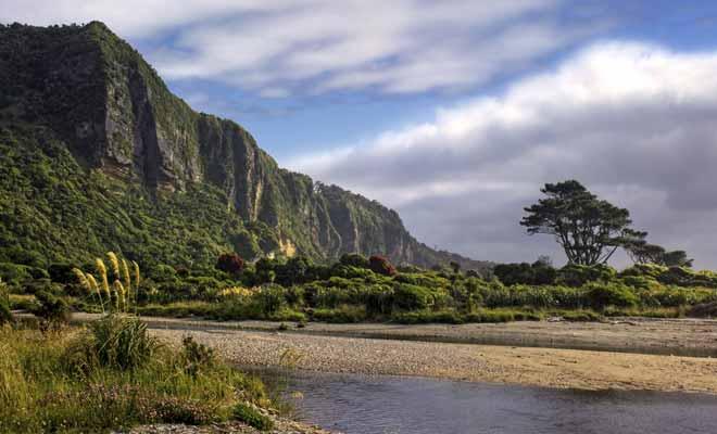 Le parc national de Paparoa est encore méconnu des voyageurs, car il est le plus petit de Nouvelle-Zélande. Mais plus petit ne signifie pas qu'il s'agit du moins beau ! Bien au contraire, ce parc possède des paysages qui évoquent les films de Jurassic Park.