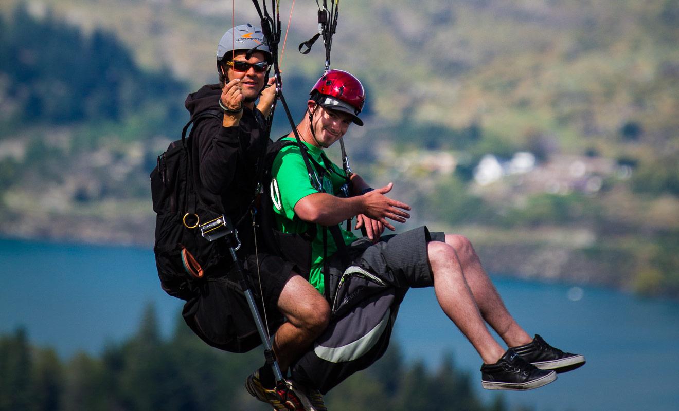Le guide qui contrôle le parapente est un passionné qui s'entraîne tous les jours et qui est capable de se poser où il le souhaite au mètre près. Aucune crainte à avoir, vous serez entre de bonnes mains.