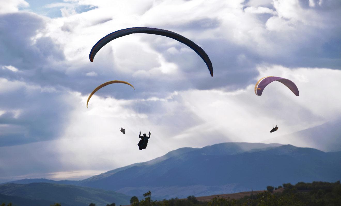 La Nouvelle-Zélande est un pays au relief très marqué, forcément idéal pour les amateurs de parapente, d'autant plus que le vent souffle fort et permet de rester très longtemps dans les airs.