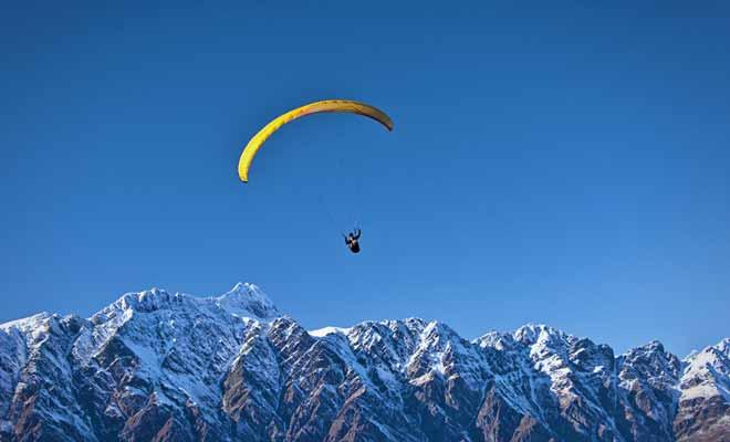 Pour faire votre baptême de parapente, il suffit de réserver un vol en tandem. Ce ne sont pas les compagnies qui manquent en Nouvelle-Zélande et vous trouverez souvent plusieurs compagnies pour faire jouer la concurrence.