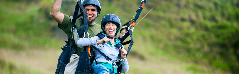 Un couple qui s'amuse à faire du parapente en tandem en Nouvelle-Zélande.
