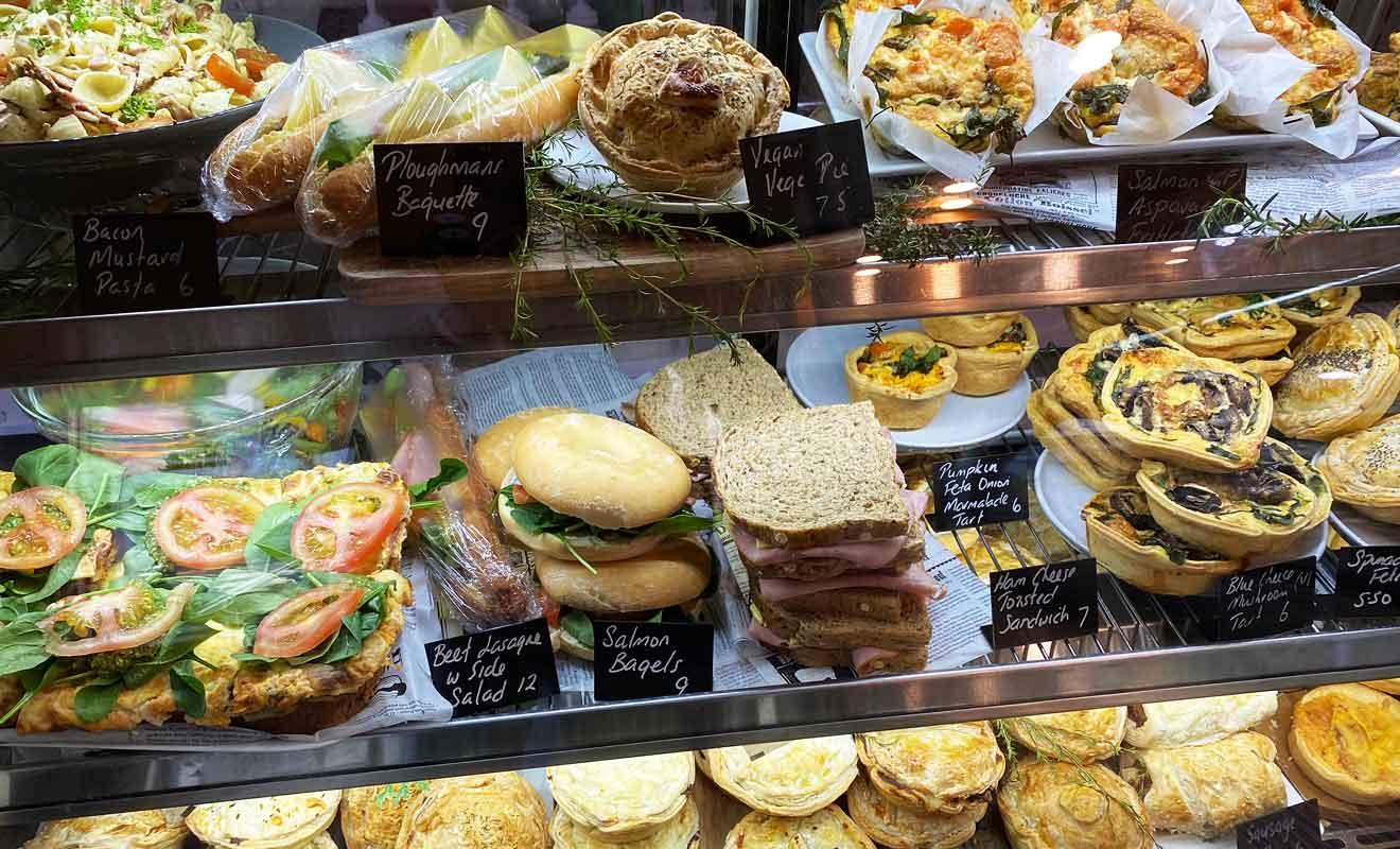 Le Pelorus Cafe ouvre à 8h du matin, alors profitez-en pour acheter le pique-nique du midi.