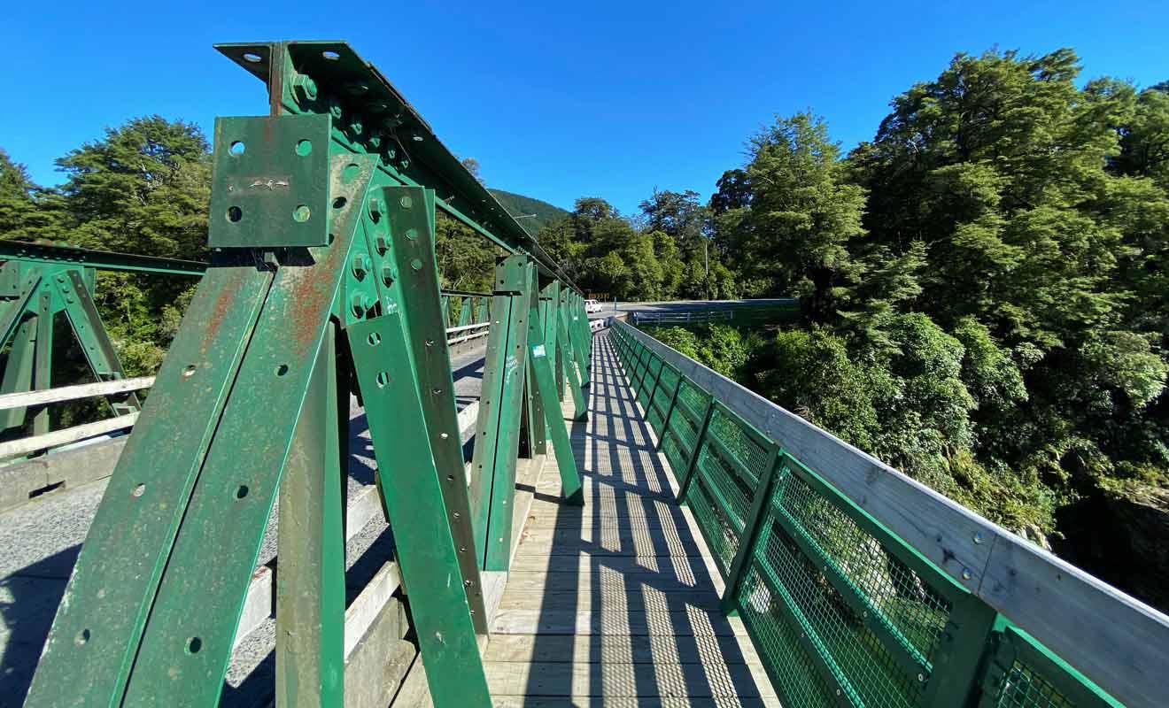 Vous pouvez vous contenter d'admirer le lieu de tournage du Hobbit depuis le pont qui enjambe la rivière Pelorus.