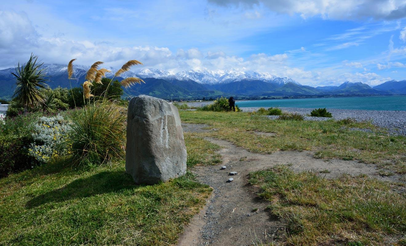 La principale randonnée s'appelle « Kaikoura Peninsula Walkway ». Elle fait le tour de la péninsule en alternants plages et points de vue sur le large où l'on aperçoit parfois des baleines.