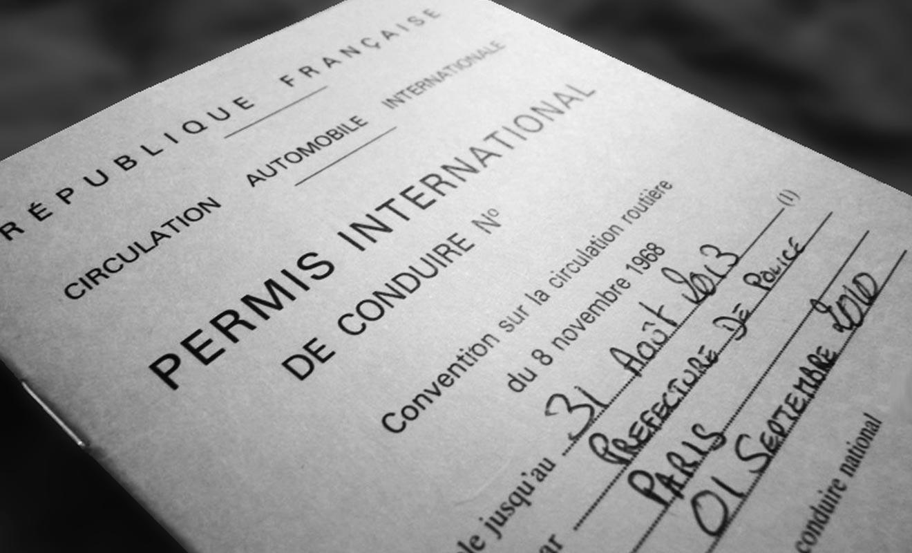 En plus du permis classique, vous devez également voyager avec un permis de conduire international rédigé en anglais.