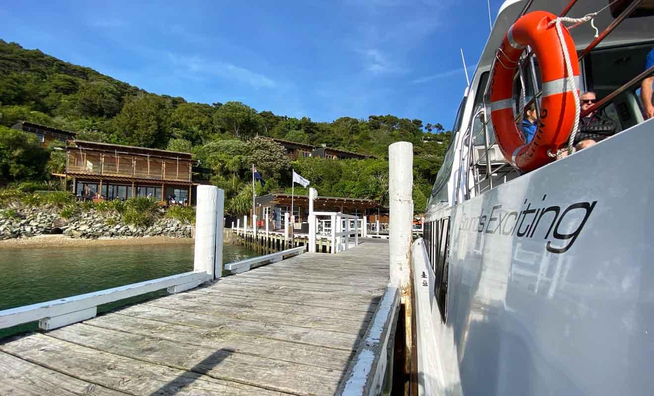 Le bateau du retour pour Picton multiplie les escales pour livrer les lodges et récupérer des randonneurs.