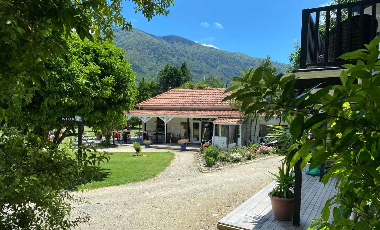 Le Furneaux lodge qui fait également office de café sert des boissons fraîches et des glaces aux randonneurs.