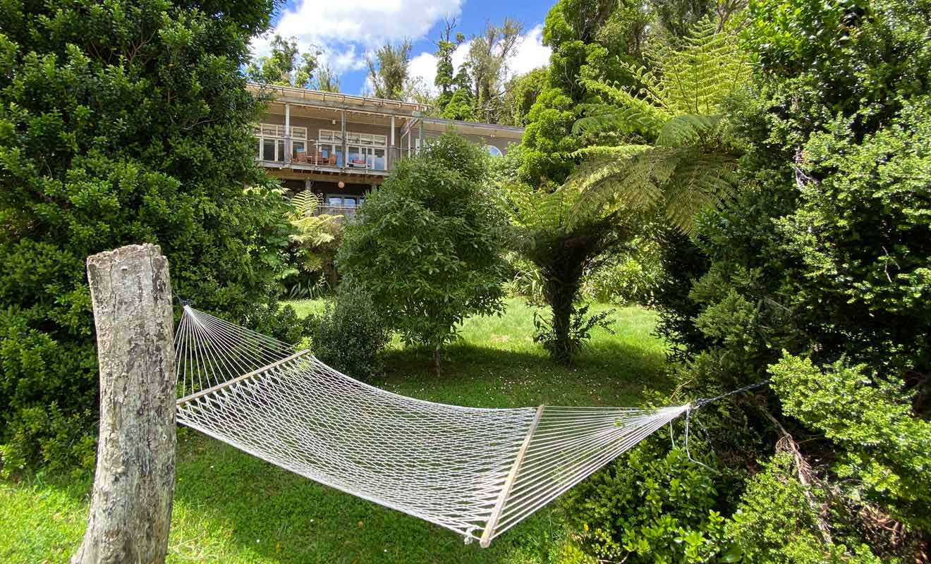 Abel Tasman propose des campings et des refuges (huts), tandis que le Queen Charlotte Track propose des lodges haut de gamme et des hébergements abordables sans être spartiate.