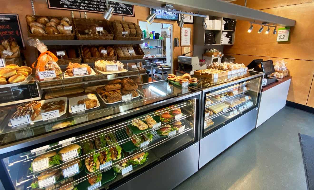 La boulangerie propose du pain, des viennoiseries, des sandwichs et des tourtes (pies).