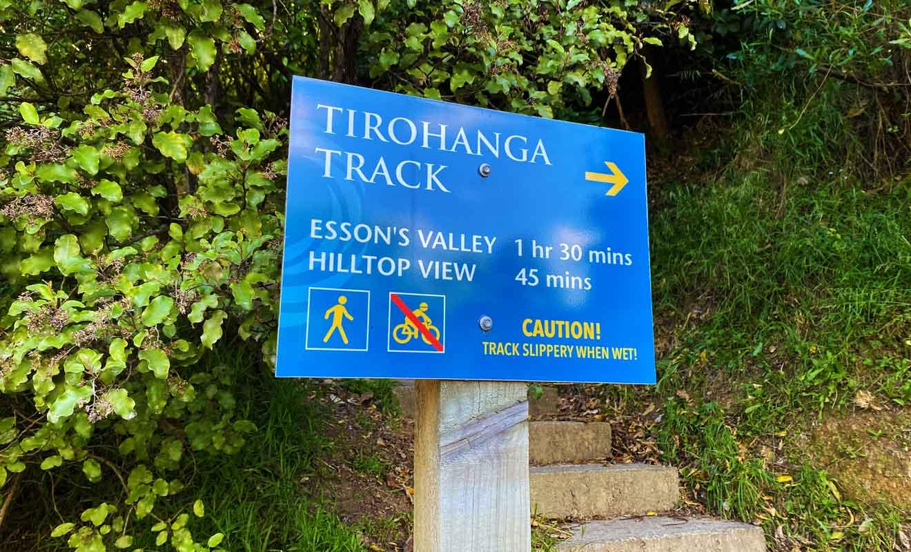 La randonnée de Tirohanga Track débute dans Newgate Street.
