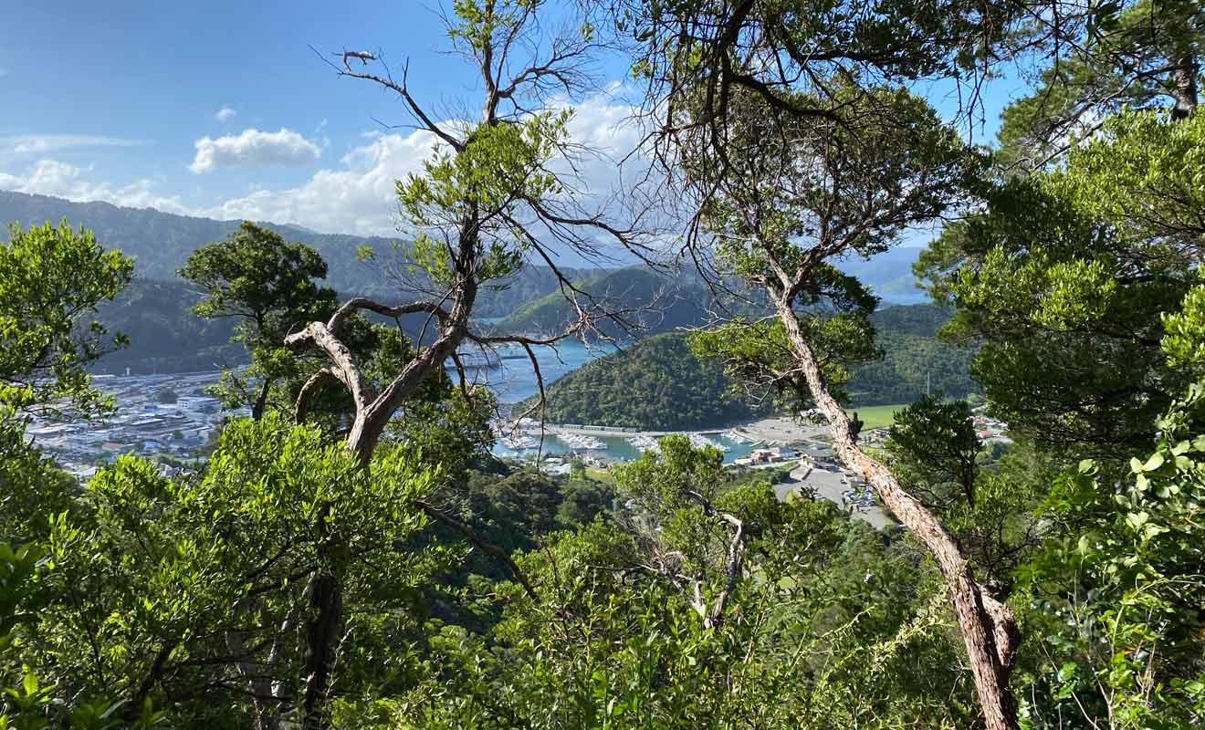 Pour apprécier la beauté de la région à sa juste valeur, il faut prendre de l'altitude et escalader l'une des collines qui surplombent le village.