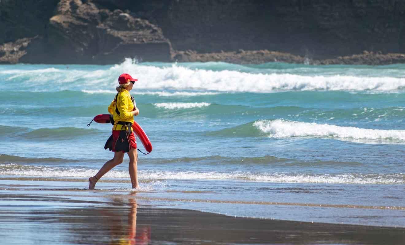 Deux équipes de sauveteurs se partagent la surveillance de part et d'autre du Lion Rock.