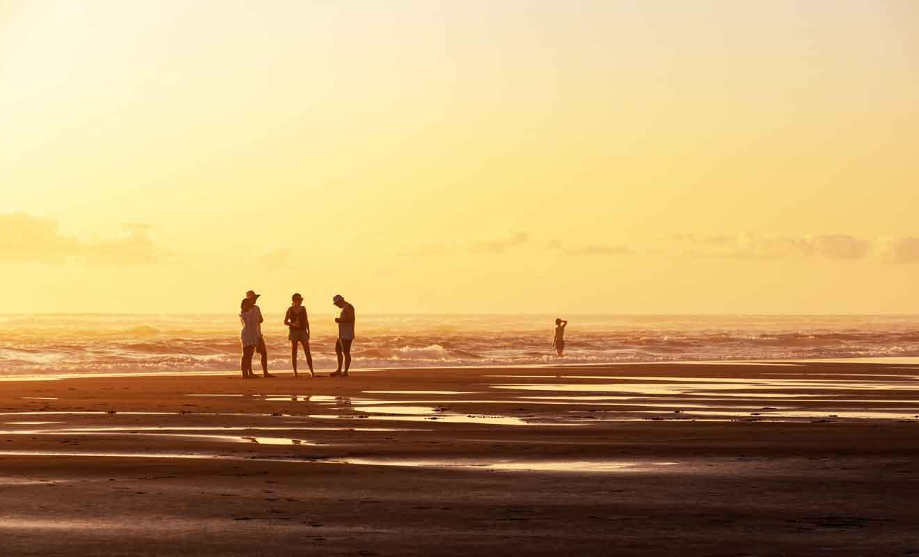 Venez admirer le coucher du soleil en vous promenant sur le sable.