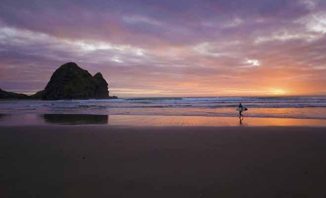 Nul besoin de parcourir des centaines de kilomètres si l'on souhaite surfer en Nouvelle-Zélande et que l'on habite Auckland. De la cité des voiles à la plage de la leçon de piano, il faut compter 45 minutes de route.